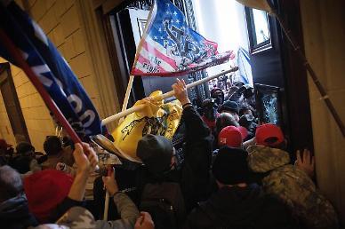 트럼프 시위대 참가한 美지역의원 사임...최고 1년6개월형 기소