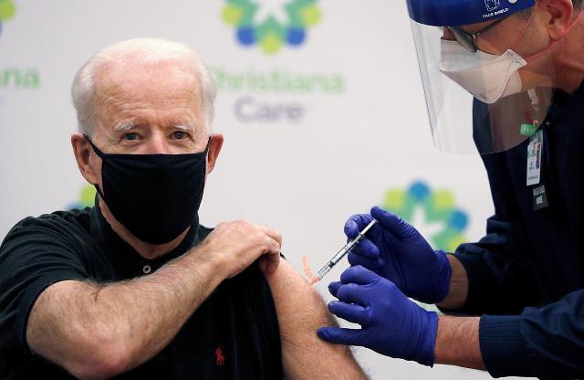 [포토] 코로나19 백신 2차 접종받는 바이든 당선인