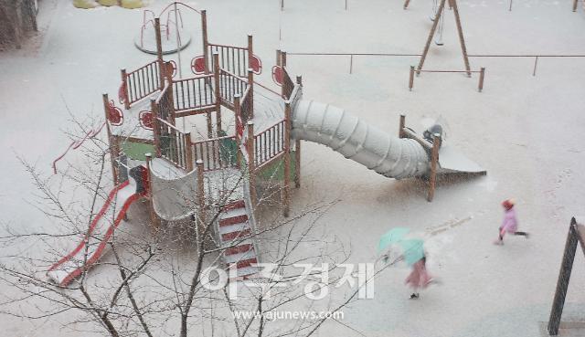 [포토] 서울 폭설에 신난 어린이들