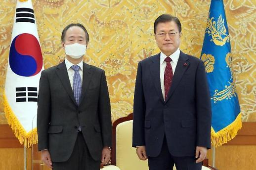 文在寅接见即将离任的日本驻韩大使富田浩司