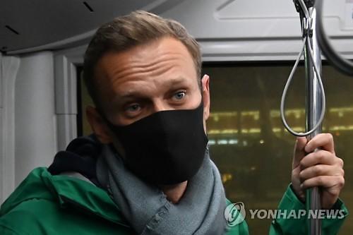 푸틴의 정적 나발니, 독극물 공격 5개월만에 귀국...공항서 체포