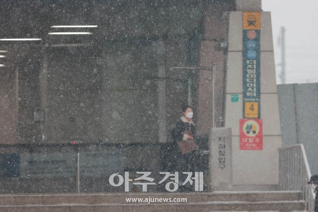 대설특보에 수도권 출근길 버스·지하철 증편