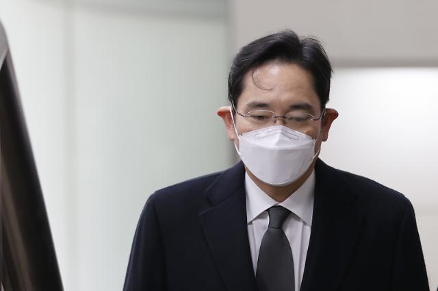 [이재용 재구속] '국정농단' 이재용, 징역 2년6개월·법정구속...'시계 제로' 빠진 삼성