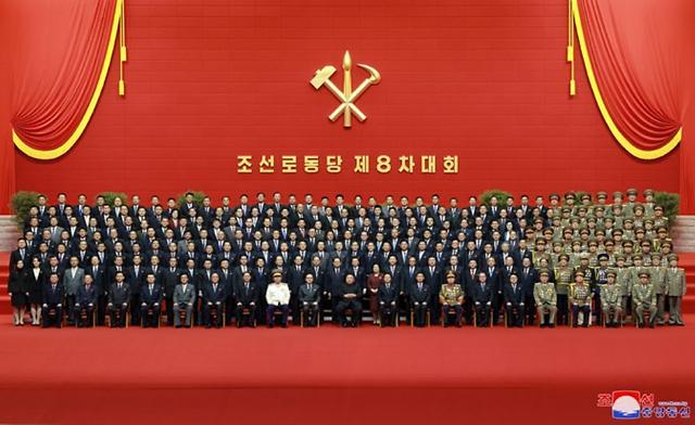 北 노동당 총비서 김정은, 기념촬영으로 내부결속 다지기