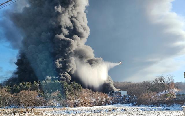 [슬라이드 포토] 증평 화재로 하늘 뒤덮은 시커먼 연기
