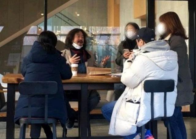 """김어준, 턱스크+5인 이상 집합금지 위반 논란에 """"주의하겠다"""""""