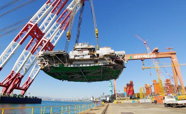 Hyundai shipyard lifts 9,100-ton topside of deep-water offshore plant
