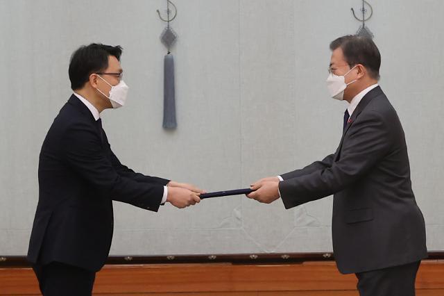 [포토] 임명장 수여하는 문재인 대통령