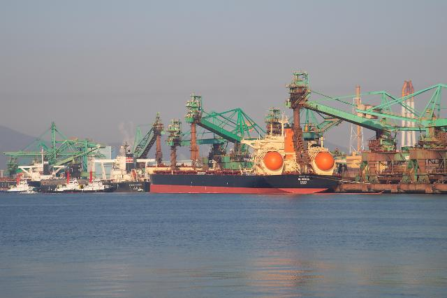 포스코의 세계 최초 LNG추진 해외 원료 전용선, 친환경 첫 운항 마쳐