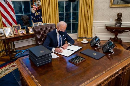 彻底告别特朗普时代!拜登上任首日连签17项行政令
