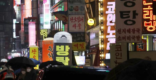 [포토] 밤 9시 넘어 불밝힌 유흥가, 귀가하는 시민들