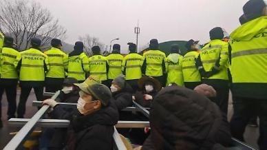 국방부, 성주 사드기지에 공사 장비와 자재 반입