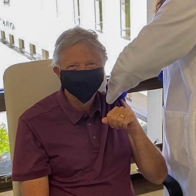 65세 빌 게이츠, 코로나 백신 1차 접종