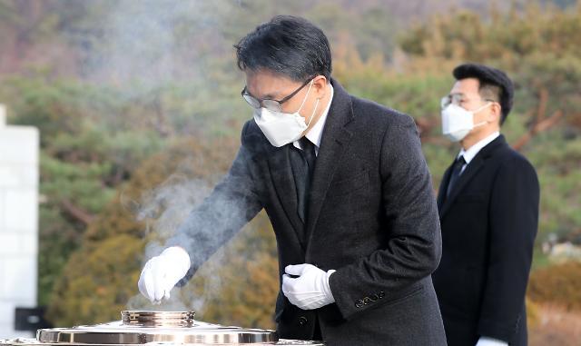 [포토] 현충탑에 분향하는 김진욱 공수처장