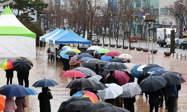 [슬라이드 뉴스] 길게 늘어선 우산과 차량···포항 가구당 1명 코로나 검사 실시