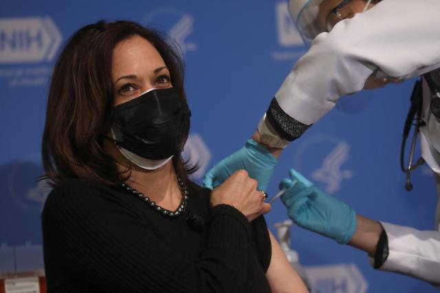 [포토] 모더나 코로나19 백신 2차 접종받는 해리스 미 부통령