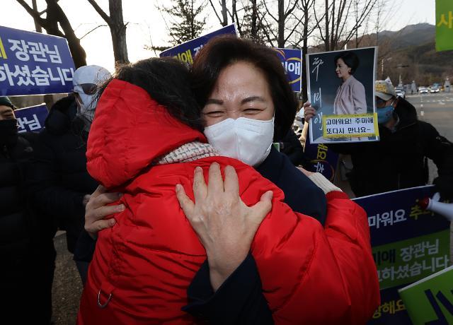 [포토] 지지자들과 포옹하는 추미애 장관