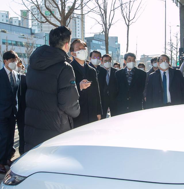 [포토] 현대차 넥쏘 자동 주차 체험하는 성윤모 산업부 장관