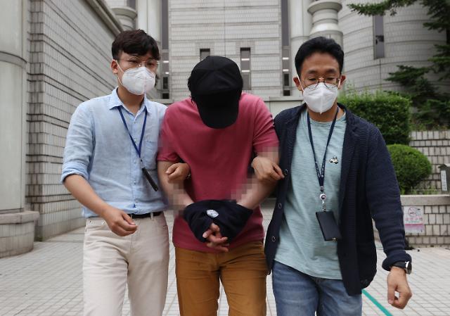 서울역 묻지마 폭행 30대 남성 징역 1년 6개월...법정구속