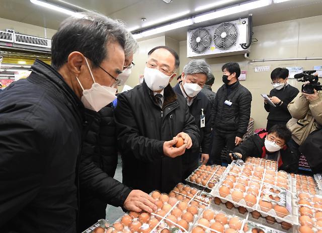 """하나로마트 간 홍남기 """"계란 부족하면 추가 수입도"""""""