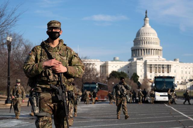[포토] 트럼프 탄핵심판 시작된 미 의사당 주변 순찰하는 주방위군