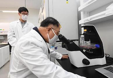 백신 개발 기업 찾은 홍남기 코로나 극복 희망의 창 열려