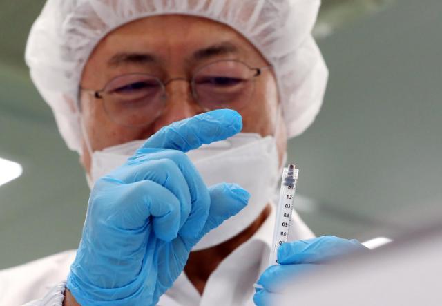 [포토] 최소잔여형 백신주사기 살펴보는 문재인 대통령