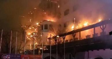 [슬라이드 뉴스] 무주 티롤호텔 화재···투숙객 85명 대피, 인명피해는 없어