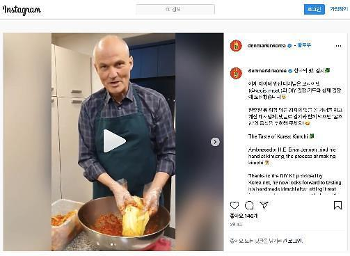 多国驻韩国大使与网友分享腌制泡菜体验