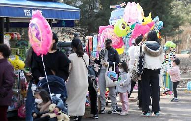 [슬라이드 뉴스] 거리두기 완화 첫 휴일···봄 같은 날씨에 나들이 즐기는 시민들
