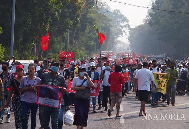[NNA] 미얀마, 전국적인 총파업 결행... 역대 최대규모 시위