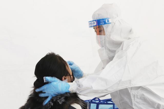 """[코로나19] """"접종 후 항체형성 확인, 일반 병원서 검사 못 해""""…표본조사 기대"""