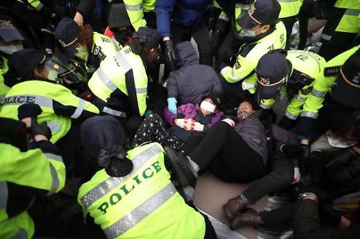 驻韩美军萨德基地门口警民再起冲突