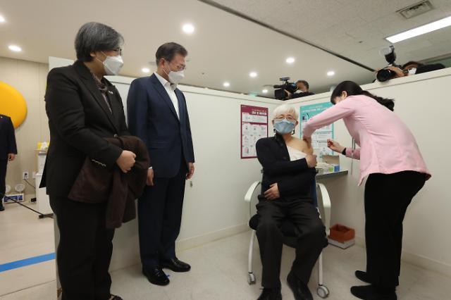 [포토] 백신 접종 지켜보는 문재인 대통령
