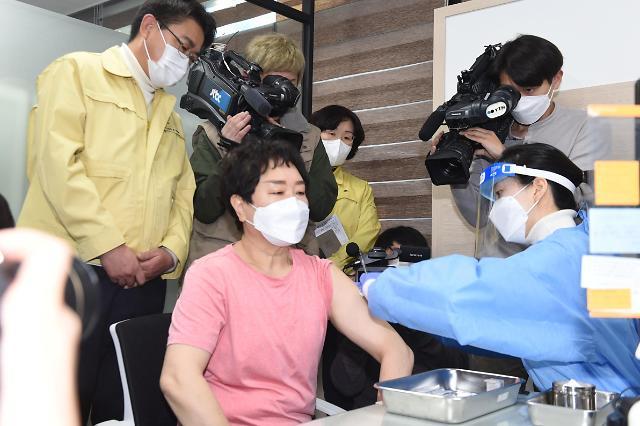[포토] 서울시 1호 접종자는 노원구 요양보호사