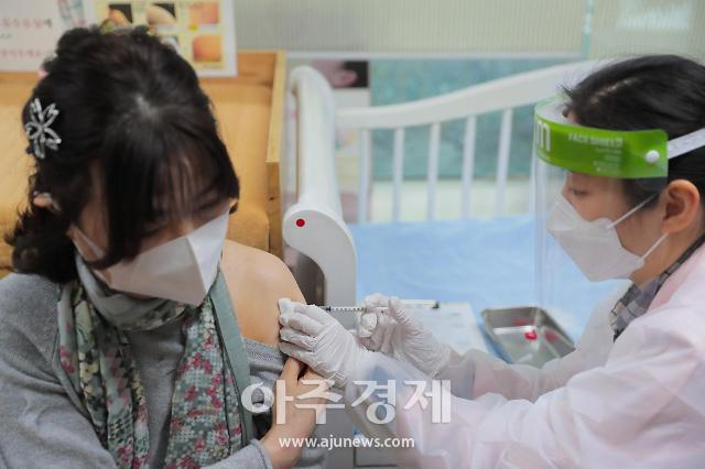 구리 코로나19 백신접종 시작···첫 접종자 62세 요양원 여성종사자