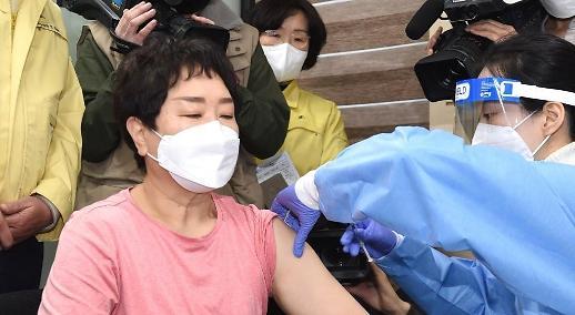 Hàn Quốc bắt đầu tiêm vắc xin ngừa COVID-19