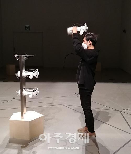 현실과 가상현실을 오가는 '마법의 체험'...권하윤 작가의 VR 퍼포먼스