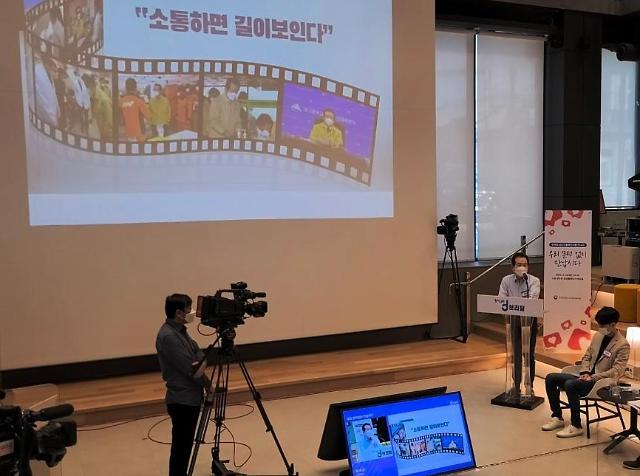 [한국어] 노타이에 청바지 입은 丁총리, 인플루언서 만나 클럽하우스 재밌더라