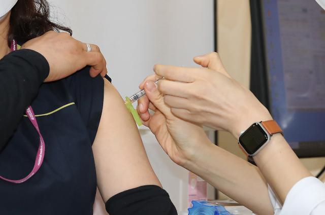 코로나19 백신접종 첫날, 서울서 1922명이 팔 걷었다