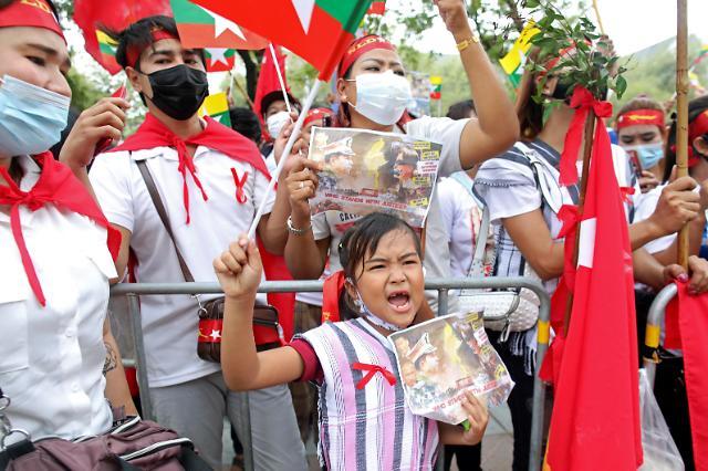 미얀마 시위, 또 폭력 진압…총격 사망설도 제기