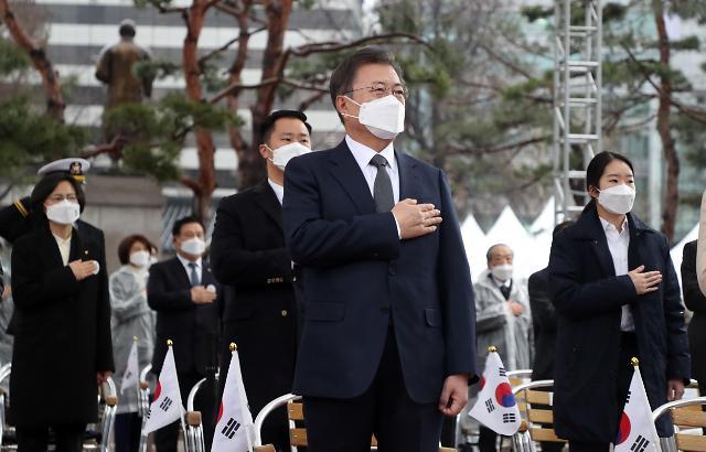 [포토] 3ㆍ1절 기념식 국기에 경례하는 문재인 대통령