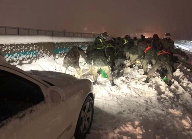 [슬라이드 뉴스] 차량 수백대 고립시킨 눈 폭탄...밤사이 상황은?