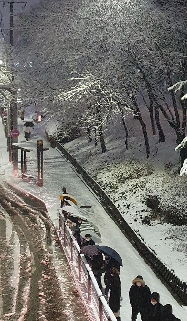 강원영동 77.6㎝ 폭설로 사고 속출...서울 최저 0도