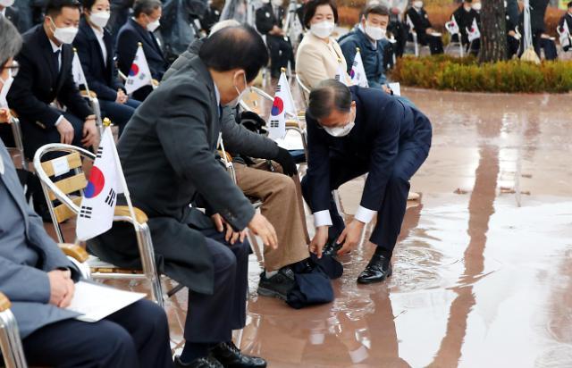 [포토] 담요 줍는 문재인 대통령