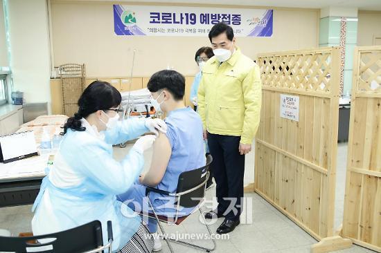 김상돈 시장, 코로나19 접종 현장 점검·치매안심약국 협약도 맺어