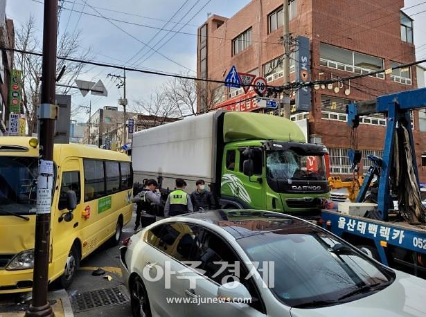 울산 동구 어린이집 차량 등 5중 추돌사고···9명 다쳐