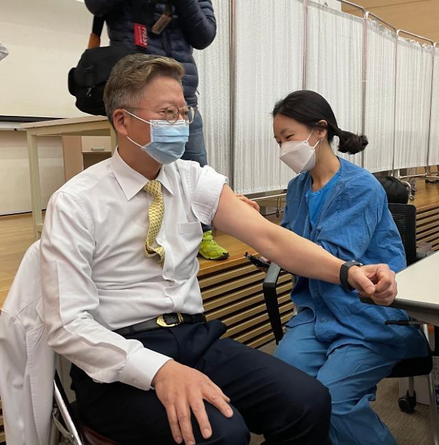 서울대병원 AZ백신 접종, 1호 접종은 김연수 병원장