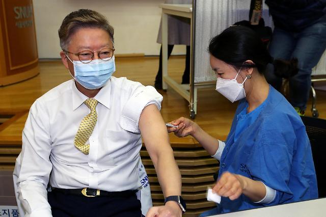 医学专家带头接种疫苗 寄希望早日结束疫情