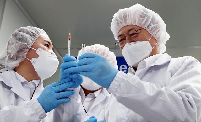 """靑 """"文대통령, 6월 G7 맞춰 백신 접종…AZ도 기꺼이"""""""